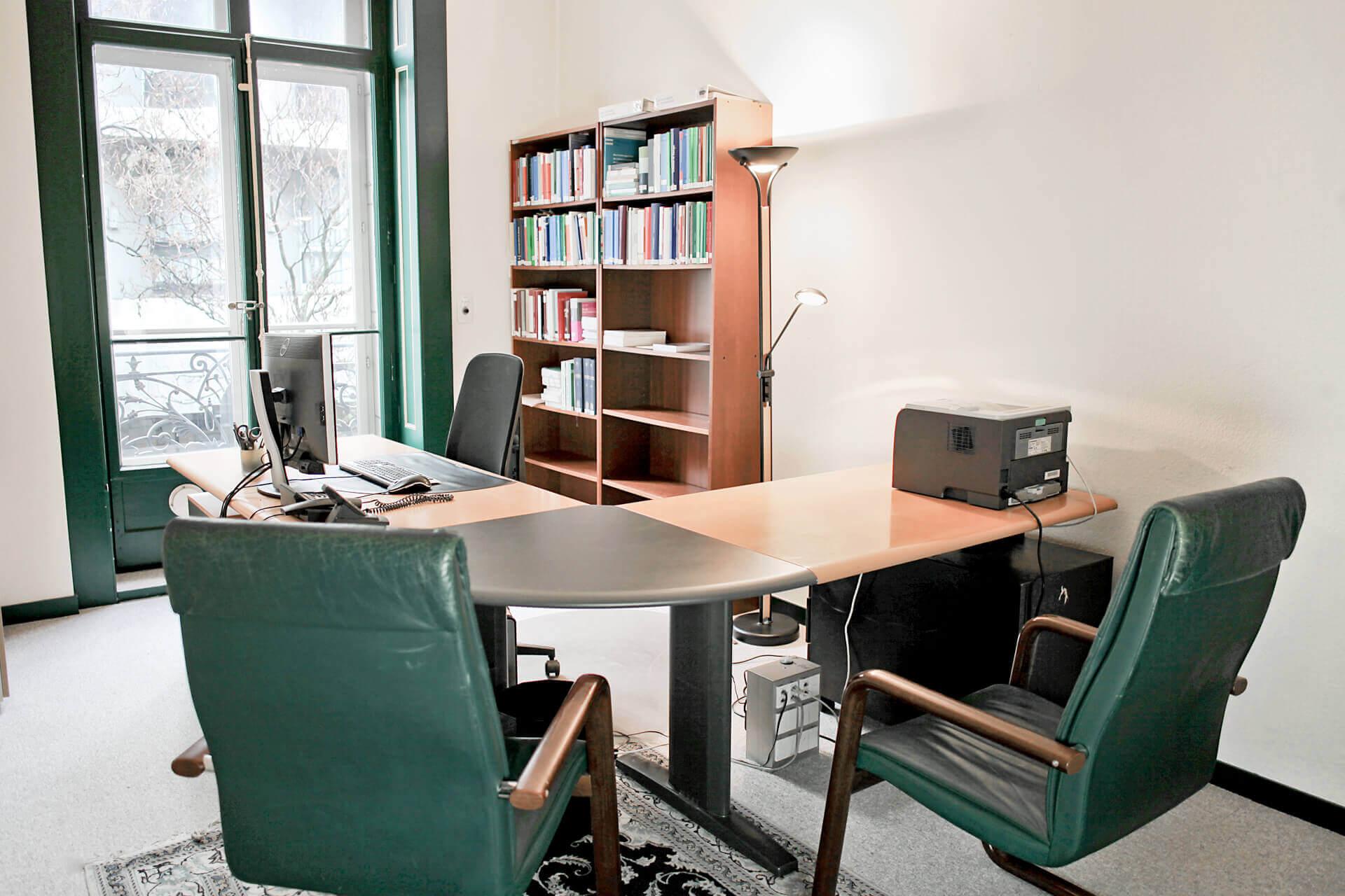 Bureau n°7 place de travail individuelle et rendez-vous 2 places